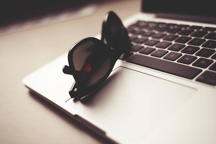 Macとサングラスの綺麗な写真