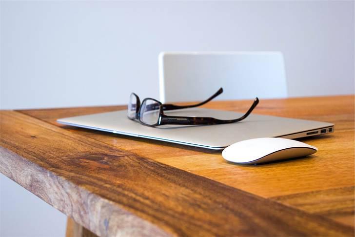 眼鏡とMacBookAirとマウス