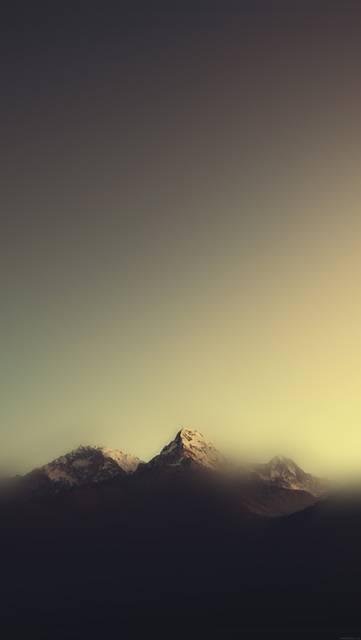 霧の中の山のシンプルな写真壁紙