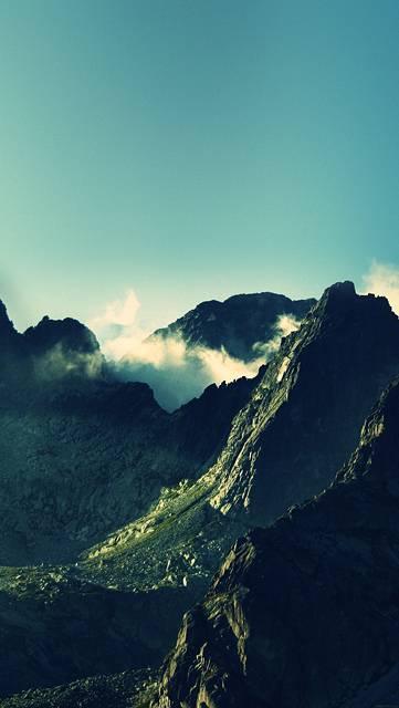 青空と緑の山のクールな写真壁紙