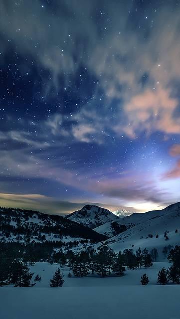 雪山と夜空の美しい写真壁紙