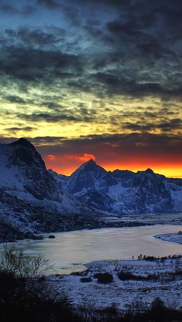 夕日と雪山の綺麗な写真壁紙