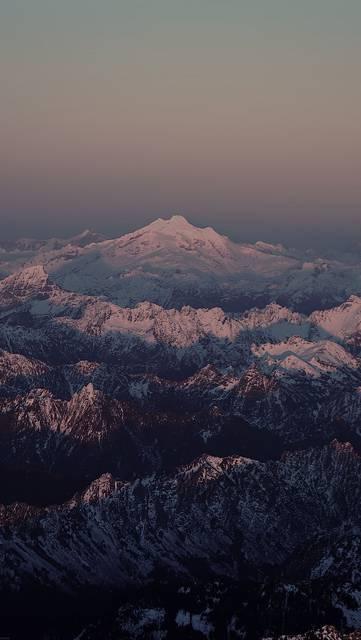 上空から見た雪山の壮大な写真