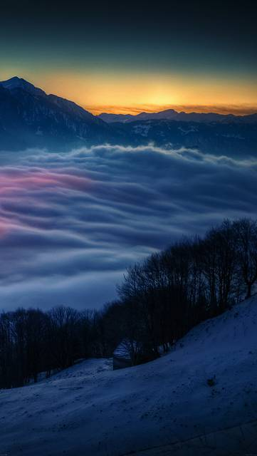 雪山と分厚い雲の写真壁紙