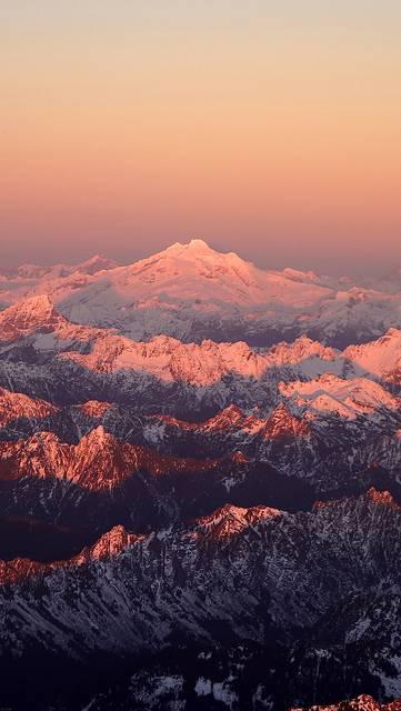 朝日に染まる雪山の写真壁紙