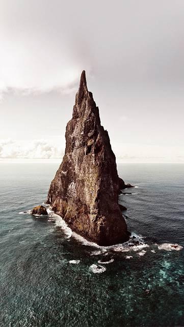 海に浮かぶ尖った岩山