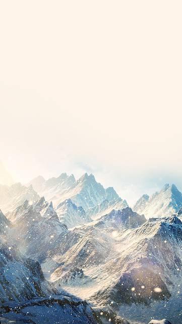 白く霞んだ雪山の綺麗な写真