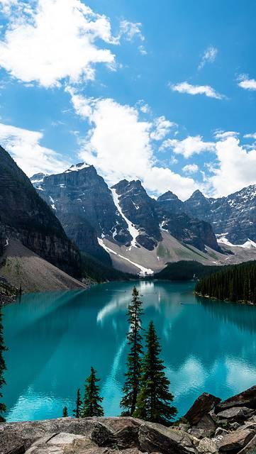 青い湖と雪山の爽やかな写真