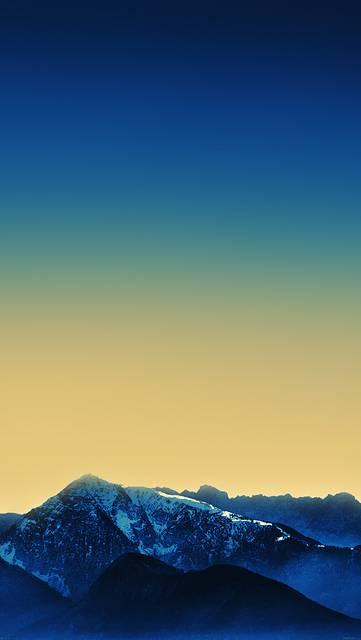 グラデーションの空と山