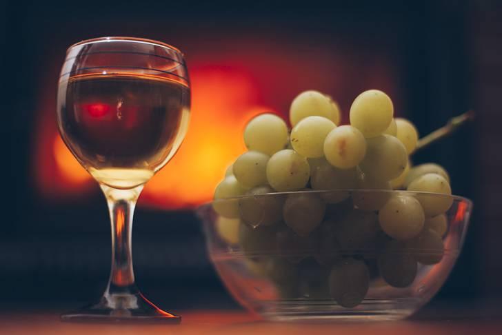 赤ワインとマスカットを撮影した写真素材