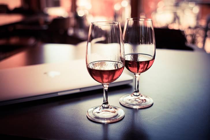 赤ワインの入った2つのグラスのお洒落な写真