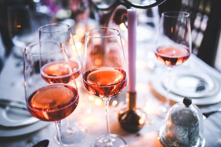 テーブルに並んだロゼワインの写真素材