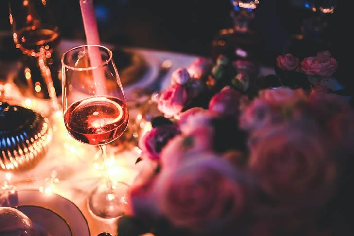 ライトアップされたグラスワインの綺麗な写真素材