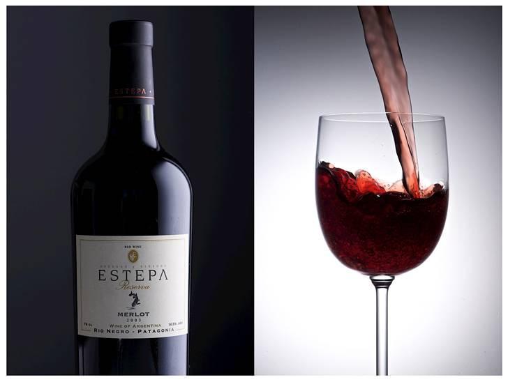 グラスに注ぐ赤ワインとボトルの写真素材