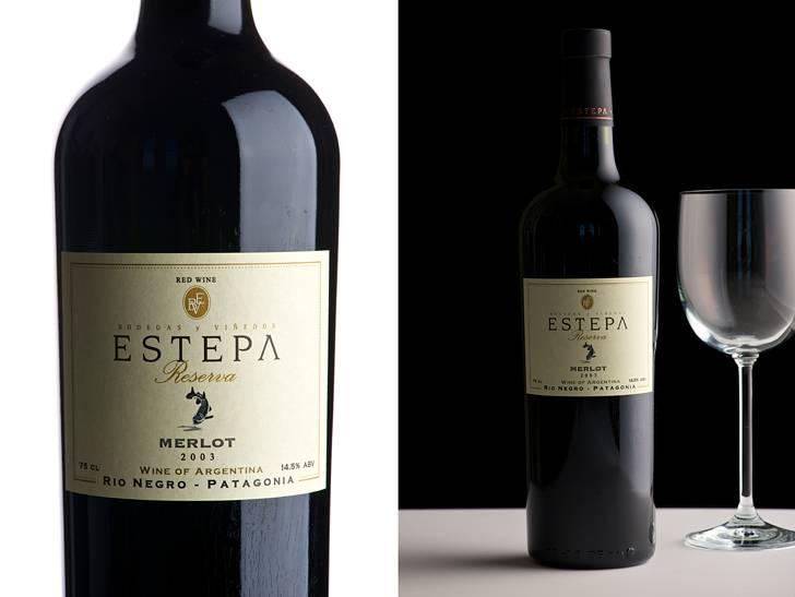 ワインのボトルとグラスの高級感のある写真