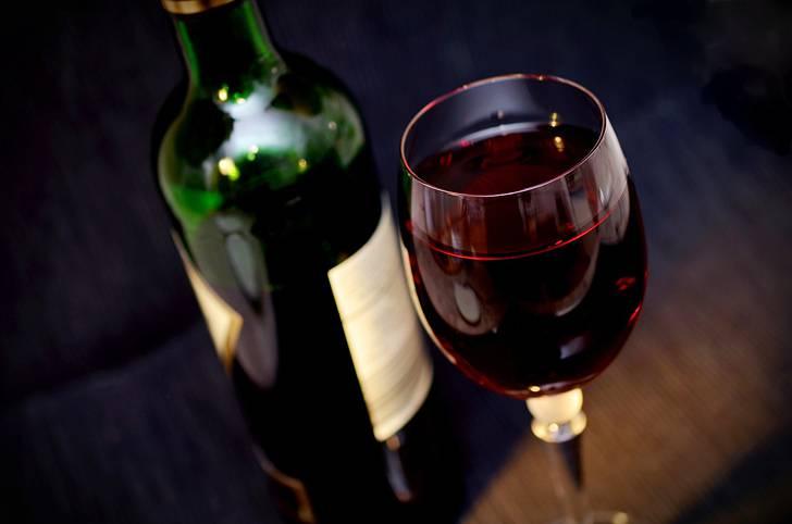 赤ワインの入ったグラスのボトルの写真