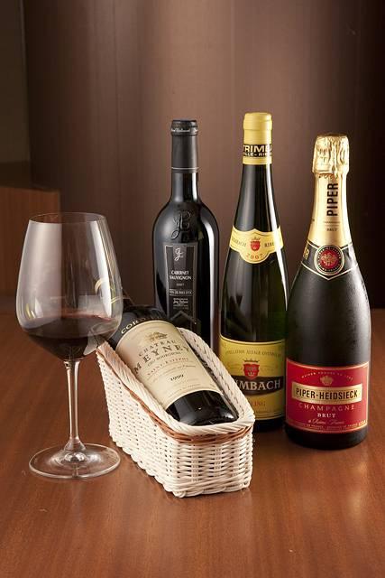 ワインボトルを並べて撮影した画像素材