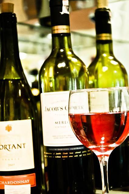 ワインのグラスとボトルのフリー写真素材
