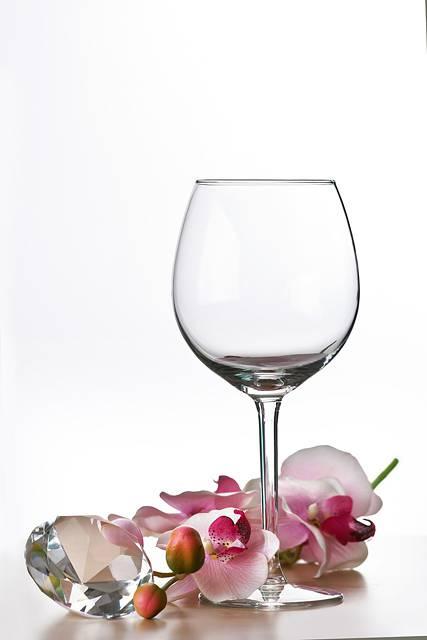 ワイングラスと花と宝石の写真素材