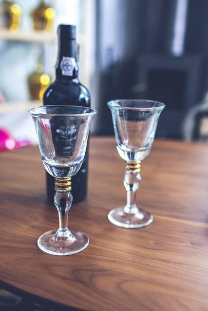テーブルの上のグラスとワインボトル