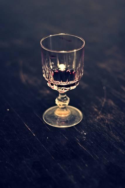 少しだけ赤ワインの入ったグラス
