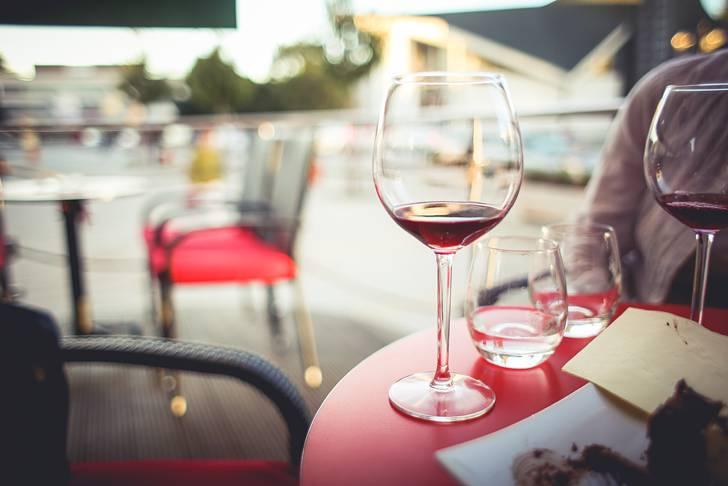 カフェのテーブルの上の赤ワイン