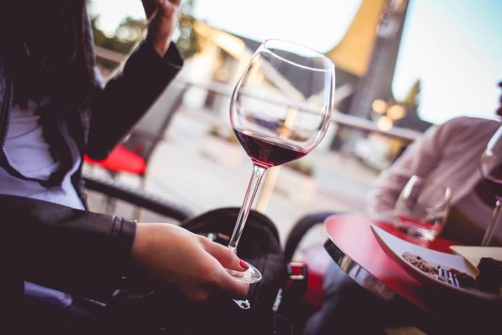 赤ワインを持つ女性の手元の写真
