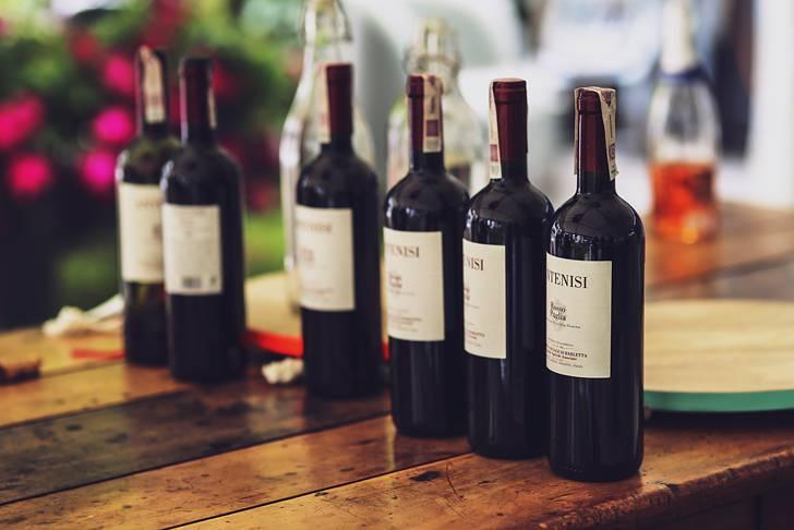 ワインボトルを並べて撮影した写真素材