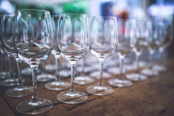 綺麗に整列したワイングラスの写真素材
