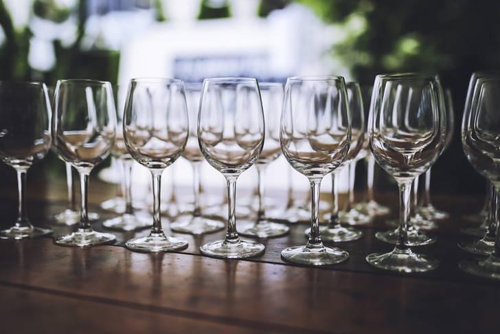 整列したワイングラスのお洒落な写真素材
