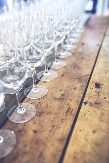 木製テーブルの上に並んだワイングラス