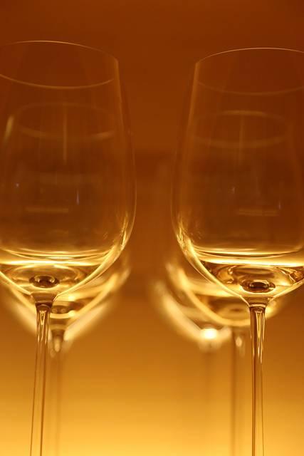 ワイングラスをアップで撮影したお洒落な写真