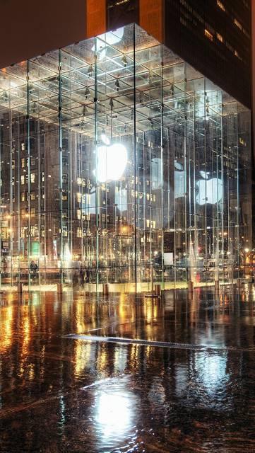 ガラス張りショールームの中のアップルロゴ