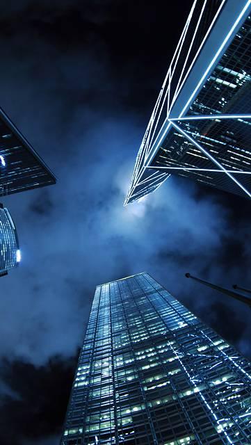 下から見上げた夜の高層ビル群