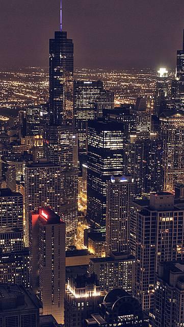 明かりの灯るビル群の夜景の写真