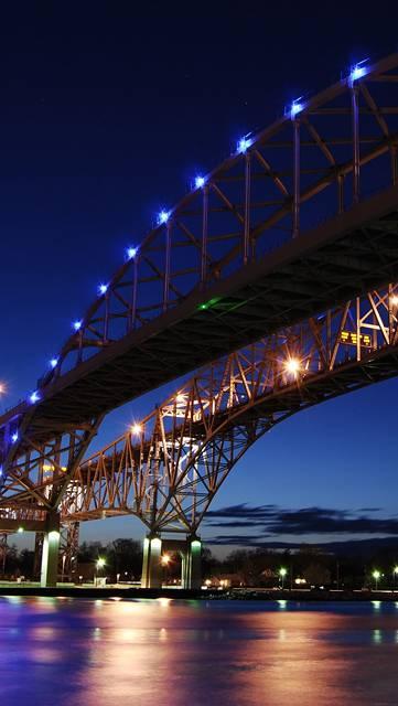 ライトアップされた夜の巨大な橋
