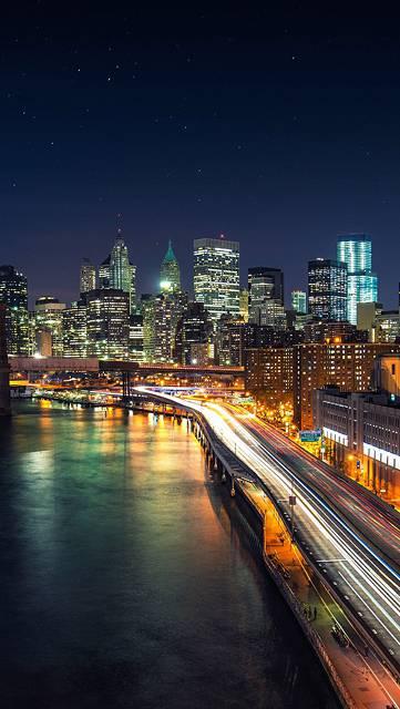 ビル街へ続く高速道路の夜景