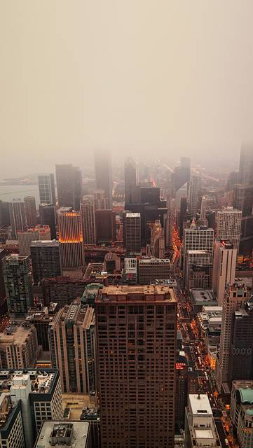 霧で霞んだビル街の景色