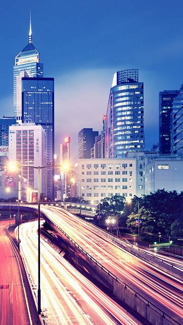 高速道路と夜の街並みの写真壁紙
