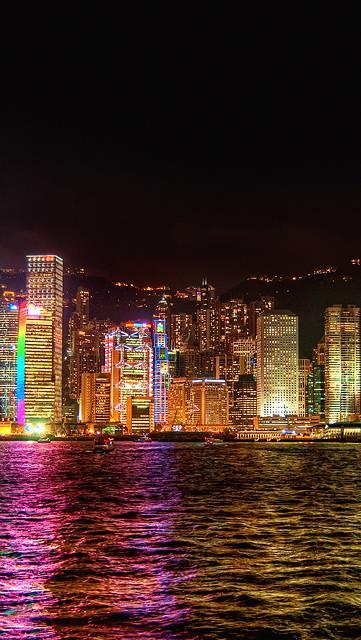 海に映るカラフルな香港の夜景