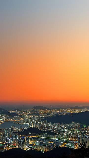 夕日に染まる空と大都会の街並み