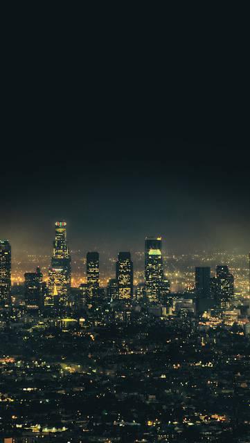 都会の夜空とビル群のクールな壁紙