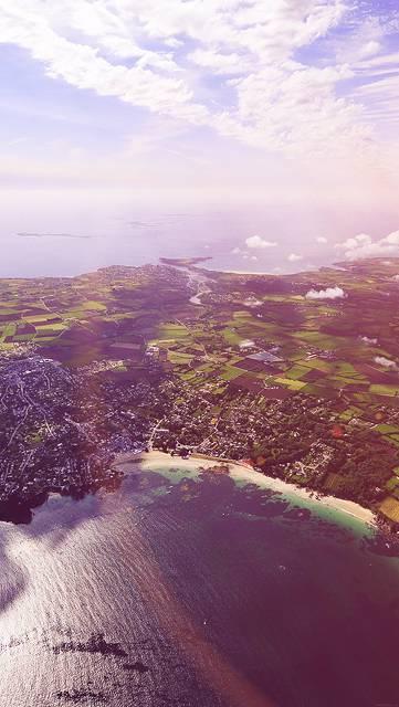 海と島の風景を空撮した写真