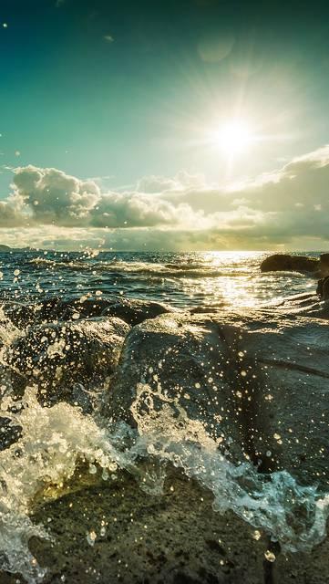 海岸に打ち寄せる波の写真壁紙