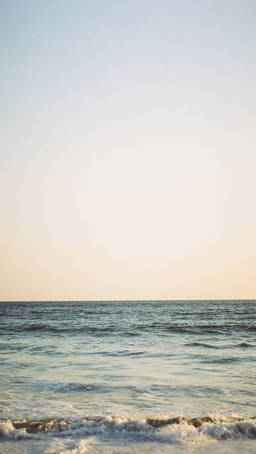 穏やかに打ち寄せる波の写真