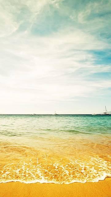 浜辺に打ち寄せる波の綺麗な写真