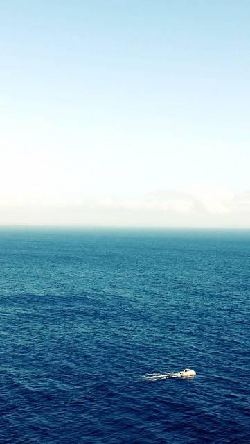海と空とボートの綺麗な壁紙画像
