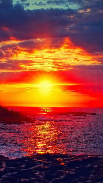 真っ赤な夕日の鮮やかな写真画像