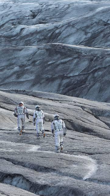 荒野を歩く宇宙飛行士達