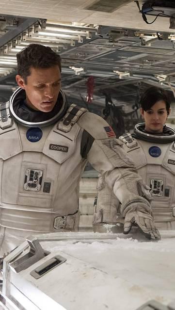 宇宙船の中の宇宙飛行士達